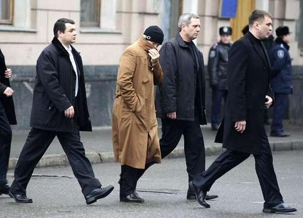 Юрий Иванющенко (в центре)