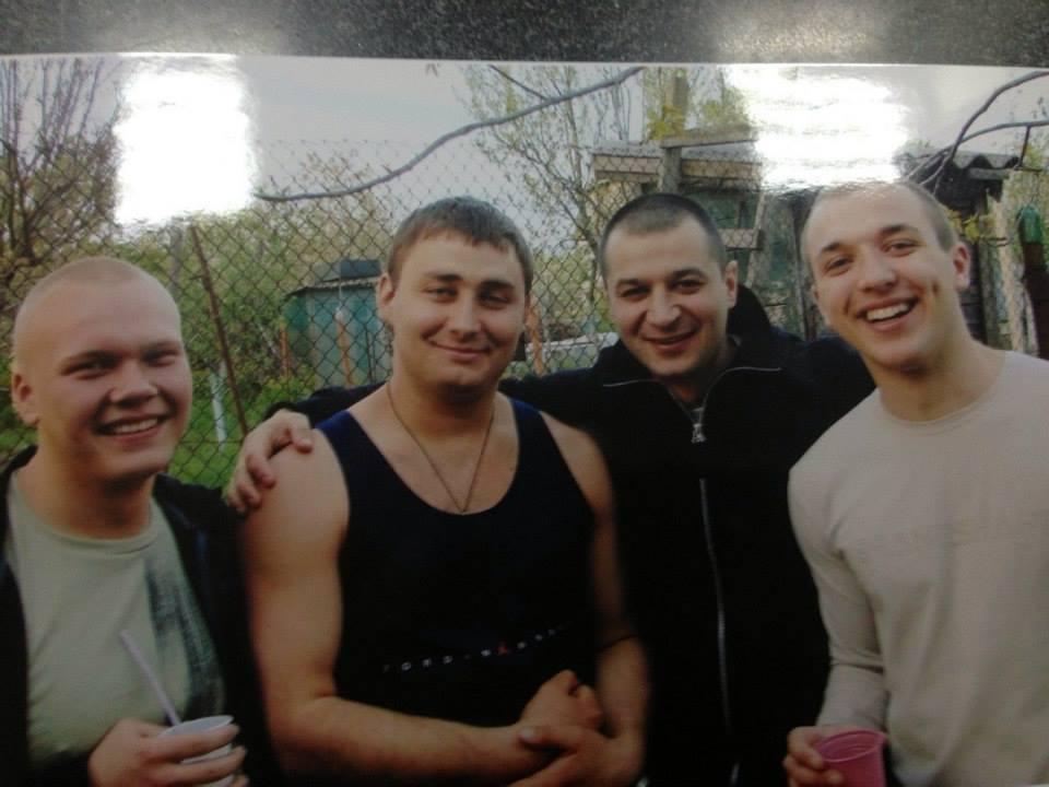 На фото: Юрченко второй слева в обнимку с ильичевским смотрящим Абдулой
