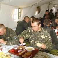 солдаты едят