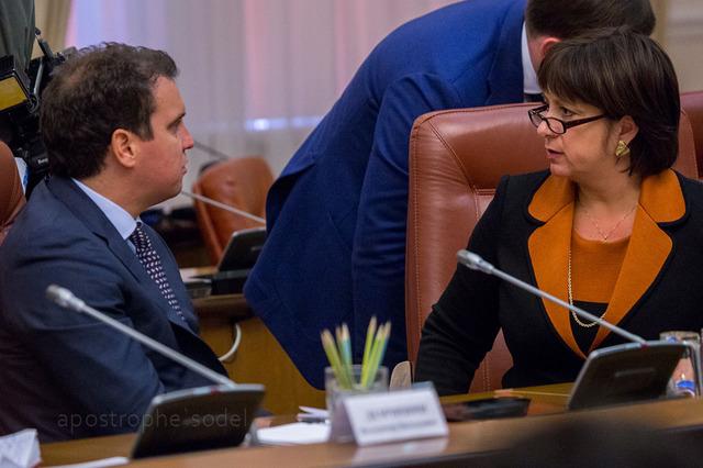 Айварас Абромавичус (слева) и Наталья Яресько разошлись во мнении по поводу продолжения действия дополнительного сбора на импорт