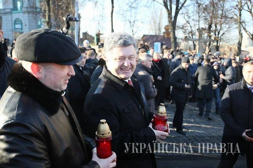 Прекрасное настроение! Петр Порошенко и Александр Турчинов в 20 метрах от места расстрела Небесной сотни, в годовщину трагедии