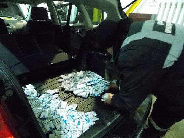 """Задержание легкового автомобиля с грузом контрафактных сигарет в пункте пропуска """"Тиса"""" на границе с Венгрией. Февраль 2013 года"""