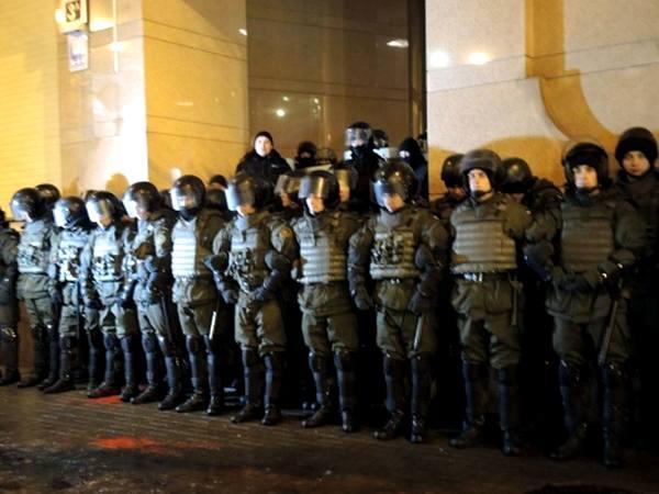 На фото: Нацгвардия охраняет головной киевский офис Р. Ахметова — лидера донецкого ОПГ «Люкс». Только в Украине главарь мафии может иметь такую привилегию