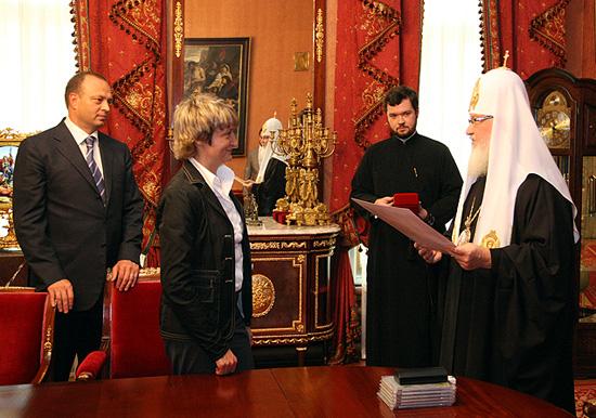 Патриарх Кирилл награждает Безлюдную