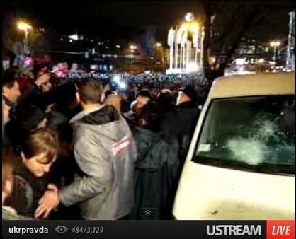 Ноябрь, 2013 год. Активисты Евромайдана окружают автомобиль, с которого производилась прослушка
