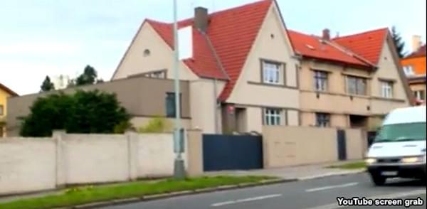 Так выглядит «Дом футбола» в Праге ... В нем живет ... обычная семья