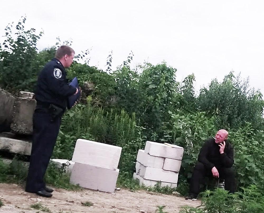 Полицейский слева имеет прямую телефонную связь с Зиневичем!