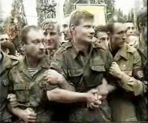 Игорь Мосийчук (посредине – молодой и худой) во время столкновений на похоронах патриарха Владимира