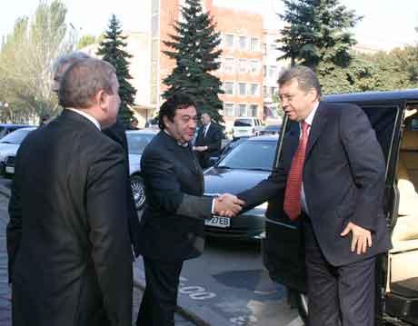 Станислав Толчин жмет руку Сергею Тулубу