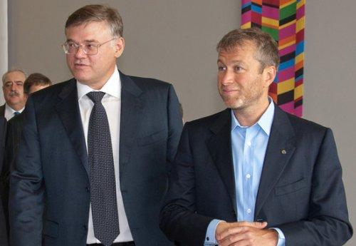 Российские олигархи Александр Абрамов (слева) и Роман Абрамович (справа)