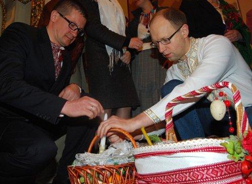 Алексей Бурбак и Арсений Яценюк на пасхальной церемонии