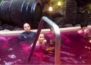 Антон Гонтарев в ванне с вином