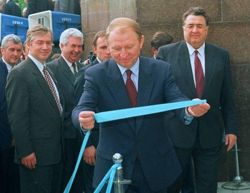 Леонид Кучма и Александр Масельский (позади справа) на открытии третьей ветки Харьковского метрополитена (1995 год)