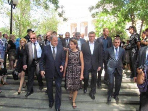 На похоронах мэра Феодосии Бартенева. Могилев рядом с Юлией Левочкиной