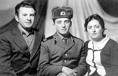 Александр Фельдман на побывке дома с родителями