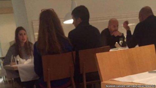 Двое мужчин, очень похожих на Игоря Кононенко и Николая Злочевского, встречаются в Вене. Фото с Facebook Ольги Василевской