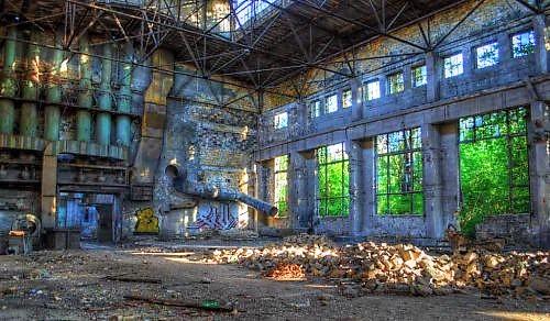 Одно из развалившихся зданий судоремонтного завода