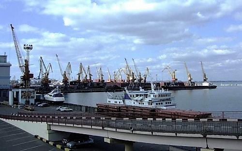 Все портовые склады, причалы, терминалы, краны, вспомогательный транспорт и т. д. отданы в аренду